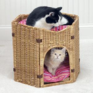 Плетеный домик-бунгало для кошачьей семьи
