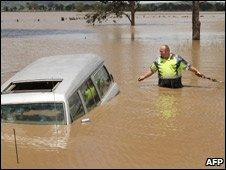 Затопленные улицы - дорога для крокодилов